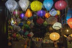 灯笼、美术和工艺品在会安市老镇,越南 这个地区是世界的文化遗产感兴趣,拿着联合国科教文组织第7部分 图库摄影