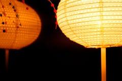 灯笼光在晚上和反射镜子的作用有抽象黑背景 免版税库存图片