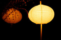灯笼光在晚上和反射镜子的作用有抽象黑背景 免版税库存照片