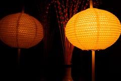 灯笼光在晚上和反射镜子的作用有抽象黑背景 库存图片