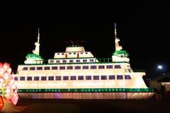 灯笼发光的克鲁兹船 免版税库存图片