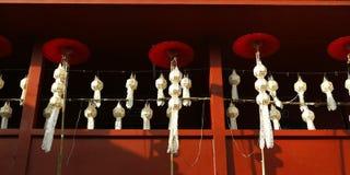 灯笼和伞在佛教寺庙 免版税库存图片