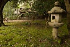 灯笼和传统房子japaneese庭院产经en的 免版税库存图片