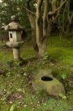 灯笼和岩石在japaneese庭院产经en筑成池塘 库存图片