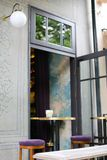 灯笼和椅子临近房子门入口 库存照片