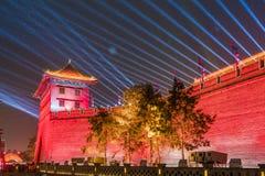灯笼和点燃展示在古城墙壁南门为庆祝中国春节,西安,陕西,瓷 库存图片