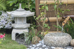 灯笼和竹子喷泉在日本庭院里 免版税库存照片