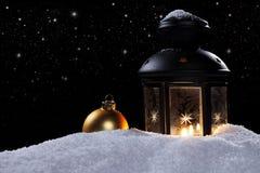 灯笼在与星形和圣诞节球的一个晚上 免版税库存照片