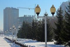 灯笼在冬天公园在一个晴天 免版税库存照片