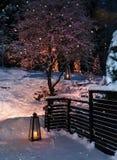 灯笼在圣诞节降雪庭院里 免版税图库摄影