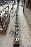 灯笼在房子为在Thamel加德满都尼泊尔祈祷的小神附近安装 库存照片