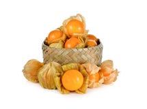 灯笼果果子在竹篮子和在白色 库存图片