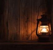 灯笼灯光黑暗的木墙壁桌 库存图片