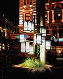 灯笼照亮与光在里加圣诞节市场上在晚上 图库摄影
