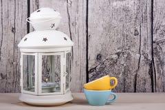 灯笼蜡烛台和杯子葡萄酒 免版税库存图片