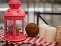 灯笼蜡烛和闹钟有artific红色和白色的织品的 库存照片