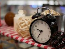 灯笼蜡烛和闹钟有artific红色和白色的织品的 免版税库存图片