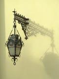 灯笼被挂接的墙壁 库存照片