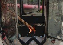 从灯芯的灼烧的香火 免版税库存照片