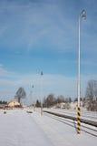 灯行在一个多雪的火车站的 免版税库存图片