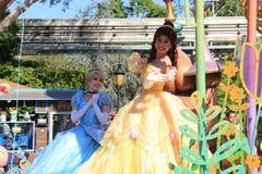 灰姑娘和Belle公主迪斯尼乐园的 库存照片