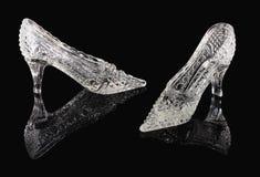 在一个黑镜子的水晶鞋子 图库摄影