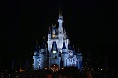 灰姑娘迪斯尼城堡夜视图 免版税库存照片