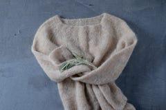 灰棕色在挂衣架的被编织的羊毛毛线衣 库存图片