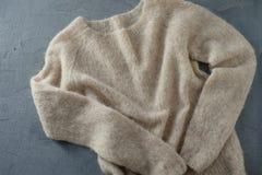 灰棕色在挂衣架的被编织的羊毛毛线衣 免版税图库摄影