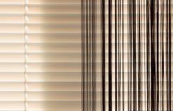 灰棕色窗帘和帷幕绳索 免版税库存照片