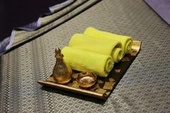 灰棕色蜡烛dayspa自然本质集合设置肥皂温泉毛巾健康 库存图片
