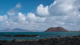 灰狼海岛看法有移动的云彩的 股票录像