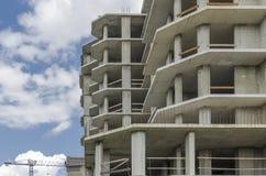 灰色一个新的大厦的钢筋混凝土框架 库存图片