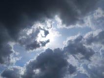灰色云彩和阳光 库存照片