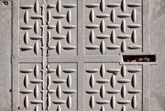 灰色公共街道盖子的特写镜头 图库摄影
