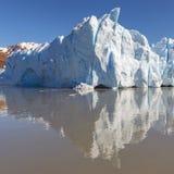 灰色冰川冰峰顶反射,巴塔哥尼亚,智利 免版税库存图片