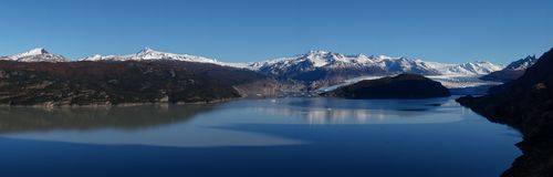 灰色冰川和湖有多雪的山的在托里斯del潘恩在巴塔哥尼亚/智利远足 库存图片