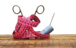 灰色刺绣用品剪刀线程数工具 库存图片