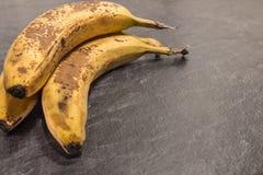 灰色加工面上的成熟的香蕉 免版税图库摄影