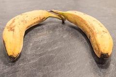 灰色加工面上的成熟的香蕉 免版税库存图片