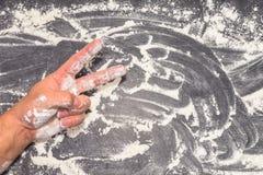灰色加工面上的Â'Wheat面粉用男性手和胜利签字 库存图片