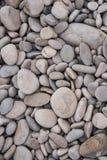 灰色和棕色海滩自然背景更加接近的顶视图向背景扔石头 免版税库存图片
