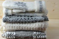 灰色和白色羊毛毛线衣、围巾和手套 免版税库存图片