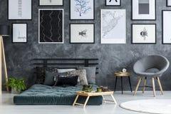 灰色和绿色卧室内部 免版税库存照片
