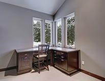 灰色和蓝色家庭办公室以一个拱顶式顶棚为特色 免版税库存照片