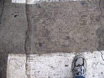 灰色和黑跑鞋 鸟瞰图 免版税图库摄影