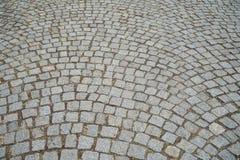 灰色在概略的正方形的砖花岗岩石头纹理室外步行路面表面的底样削减了样式背景 免版税库存照片