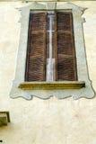 灰色在混凝土的窗口jerago宫殿木软百叶帘 免版税库存照片