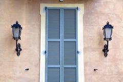 灰色在的窗口jerago宫殿意大利木软百叶帘 库存照片