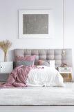 灰色地毯在明亮的卧室 图库摄影